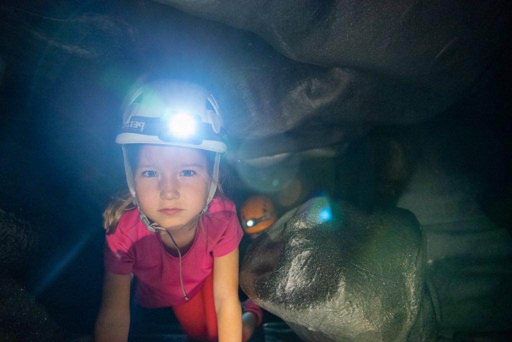 Opastus ja varusteet kuuluvat luolaseikkailulipun hintaan